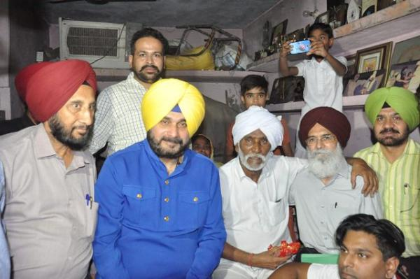 Sidhu gives financial assistance to folk singer Idu Sharif