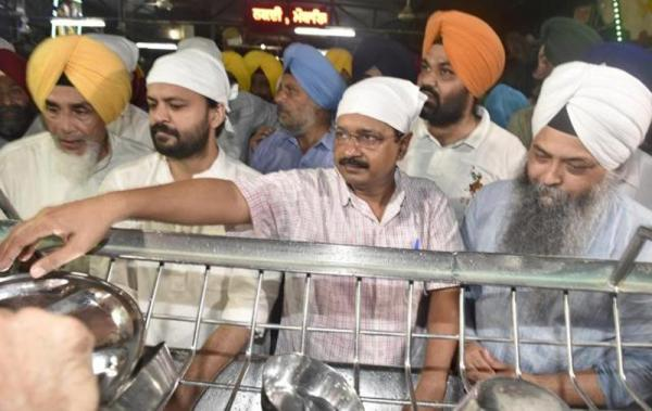 Kejriwal apologizes for manifesto goof-up, performs sewa at Golden Temple