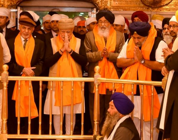 Modi, Ghani visit Golden Temple, serve 'langar'